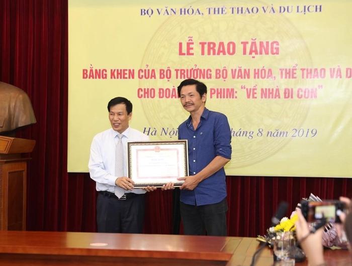 Bộ trưởng Nguyễn Ngọc Thiện trao bằng khen cho NSND Trung Anh. (Ảnh: Lạc Thành)