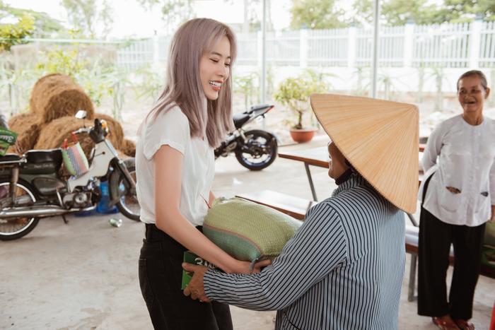 Giản dị đi từ thiện, Nam Em khéo khoe vẻ đẹp sắc sảo: Fan khuyên thi Hoa hậu Hoàn vũ Việt Nam ảnh 0