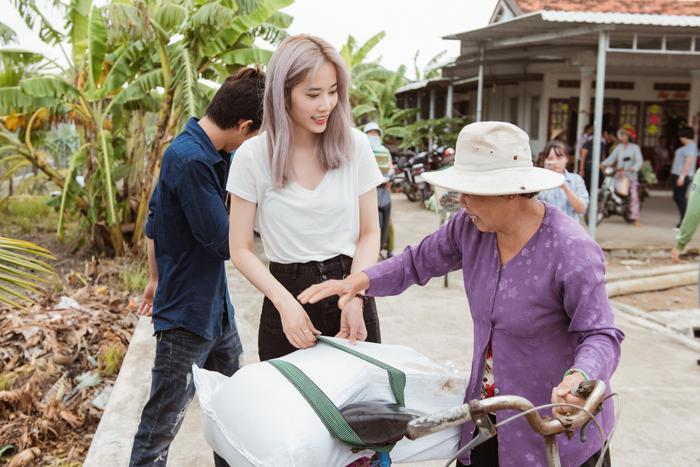 Giản dị đi từ thiện, Nam Em khéo khoe vẻ đẹp sắc sảo: Fan khuyên thi Hoa hậu Hoàn vũ Việt Nam ảnh 2