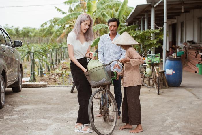 Giản dị đi từ thiện, Nam Em khéo khoe vẻ đẹp sắc sảo: Fan khuyên thi Hoa hậu Hoàn vũ Việt Nam ảnh 3