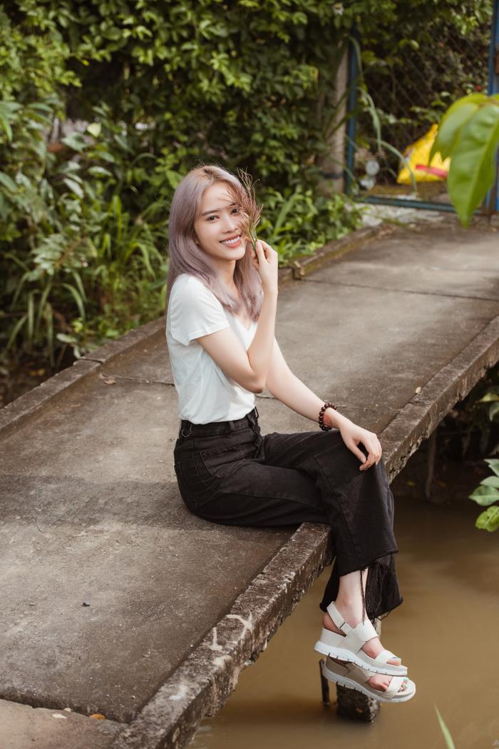 Giản dị đi từ thiện, Nam Em khéo khoe vẻ đẹp sắc sảo: Fan khuyên thi Hoa hậu Hoàn vũ Việt Nam ảnh 5