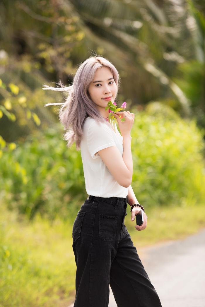 Giản dị đi từ thiện, Nam Em khéo khoe vẻ đẹp sắc sảo: Fan khuyên thi Hoa hậu Hoàn vũ Việt Nam ảnh 6