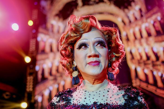Tạo hình theo phong cách nghệ sĩ drag queen của bà Hân.