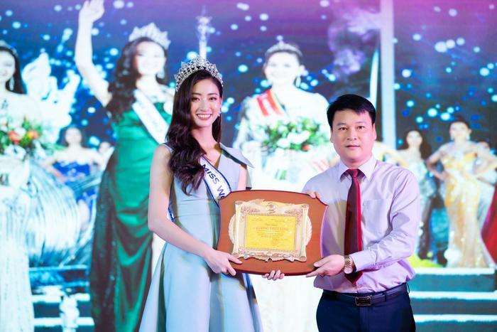 Thùy Linh nhận bằng khen của tỉnh Cao Bằng vì thành tích ấn tượng tại cuộc thi Miss World Vietnam 2019.