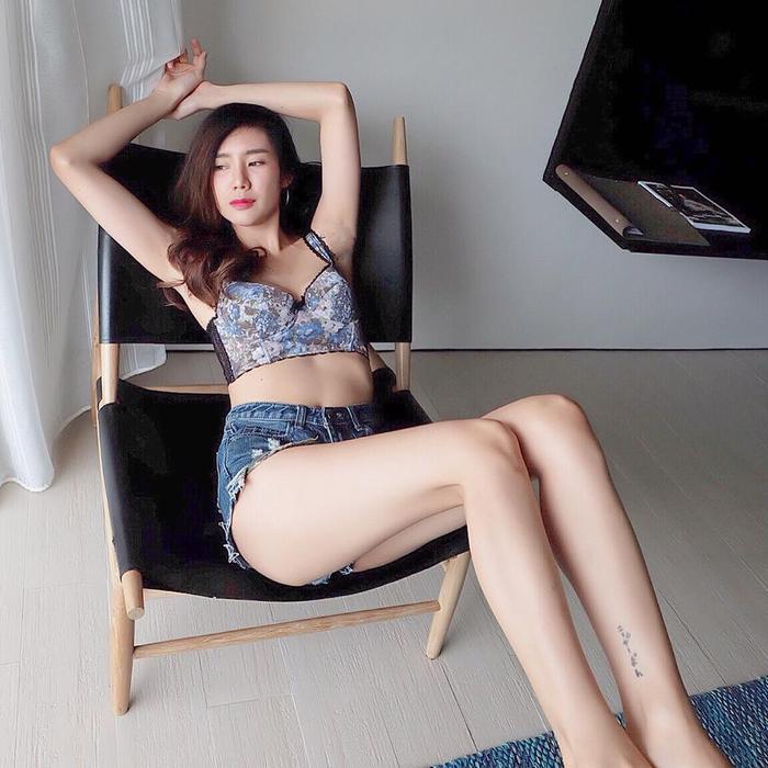 Đôi chân dài miên man của Maynitaa cũng là một lợi thế lớn dành cho nàng WAGs ĐT Thái Lan.