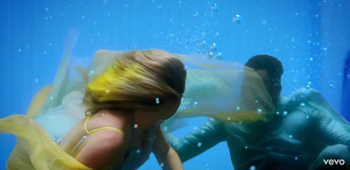 """Có lẽ đây là phân cảnh thú vị nhất MV khi cả hai cùng nhau ngụp lặn trong""""bể cá"""" size khủng."""