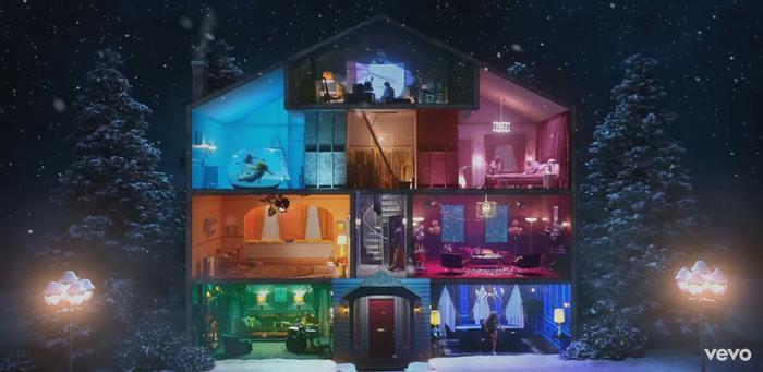 Dường như nữ ca sĩ đã mơ về một ngôi nhà ngập tràn sự hạnh phúc cùng với người yêu của mình.