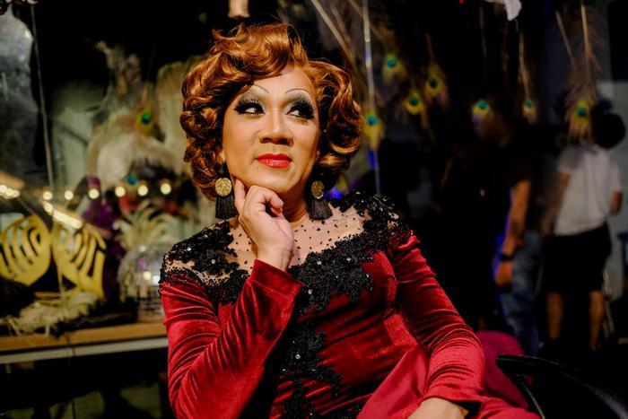 Khía cạnh drag queen và cộng đồng người chuyển giới cũng được lồng ghép duyên dáng.