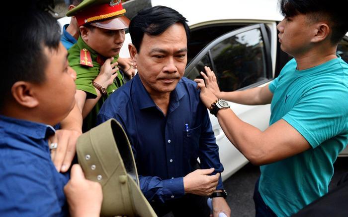 Ông Nguyễn Hữu Linh đến tòa sáng 23/8 (Ảnh: Zing).
