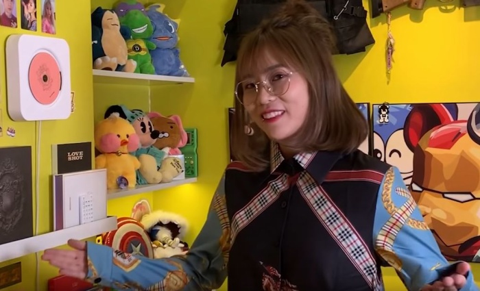 Gương mặt đầy vẻ hào hứng của MisThy khi được mặc trên người chiếc áo giống Sơn Tùng M-TP.