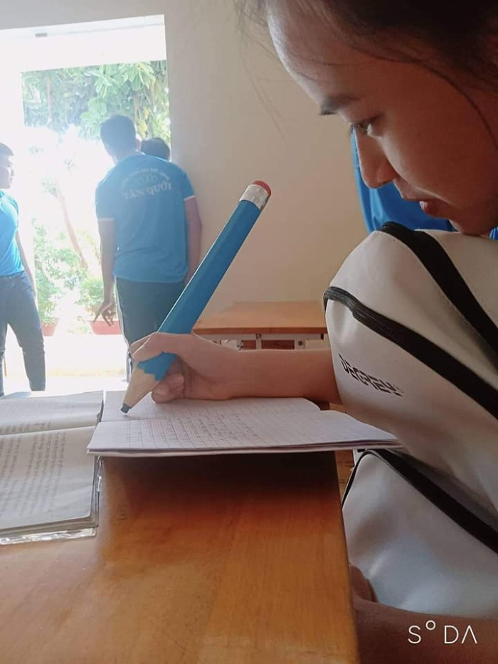 """Hình ảnh cô gái bên cây viết chì loại """"big size"""""""