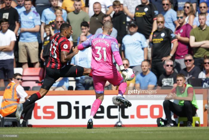 Cụ thể, thủ môn Man City đã có pha vào bóng không hợp lệ. Anh đạp thẳng vào bắp chân củaCallum Wilson khiến tiền vệ này nằm gục ngay lập tức.
