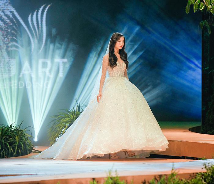 Lương Thùy Linh bước ra sân khấu lộng lẫy như một nàng công chúa