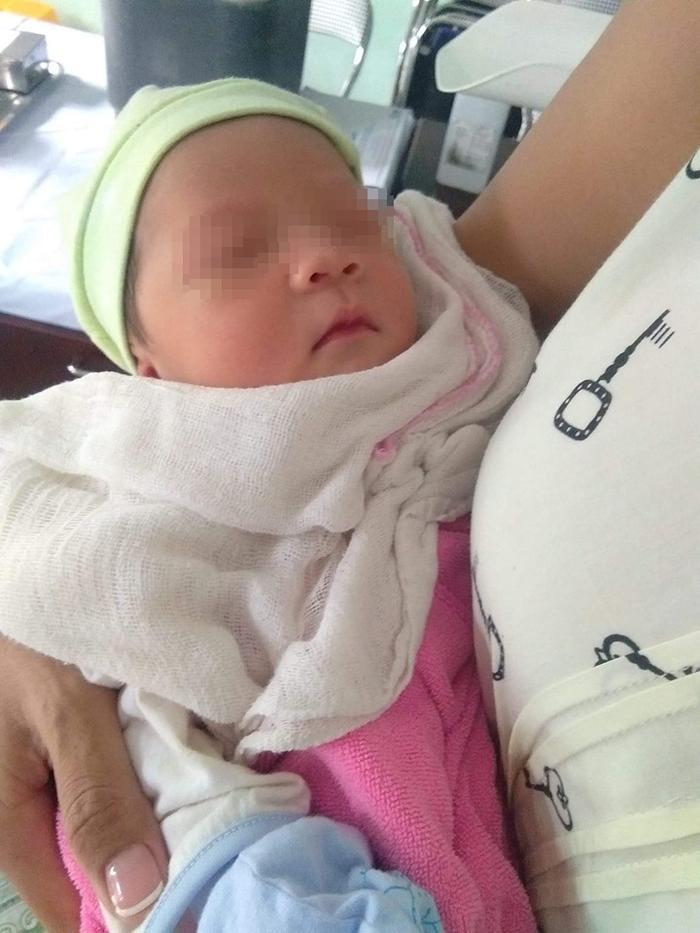 Bé gái khoảng 3 ngày tuổi bị bỏ rơi được người dân đưa về Trạm Y tế xã Vinh Quang (TP. Hải Phòng)