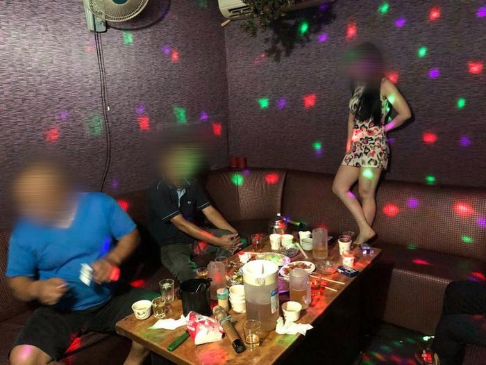 Hai cô gái Việt bị bắt khi đang nhảy múa thoát y, tiếp rượu cho khách.