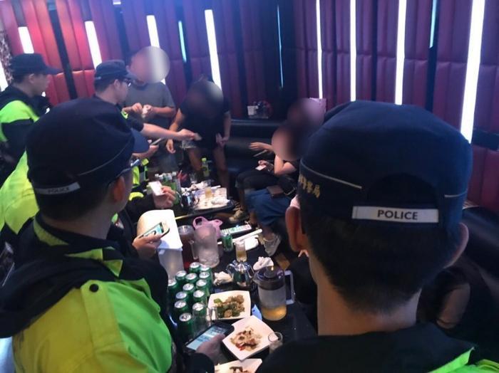 Cảnh sát kiểm tra quán rượu ở thành phố Long Cơ.