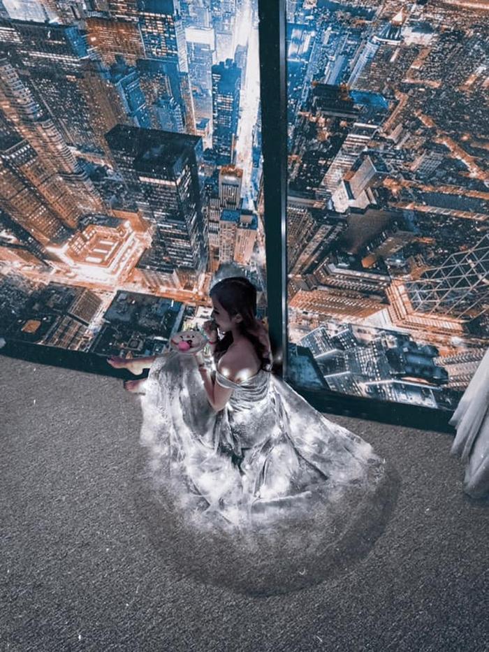 Không biết cô nàng phải kinh qua bao nhiêu lớp filter thì chiếc váy mới phát sáng đến vậy.