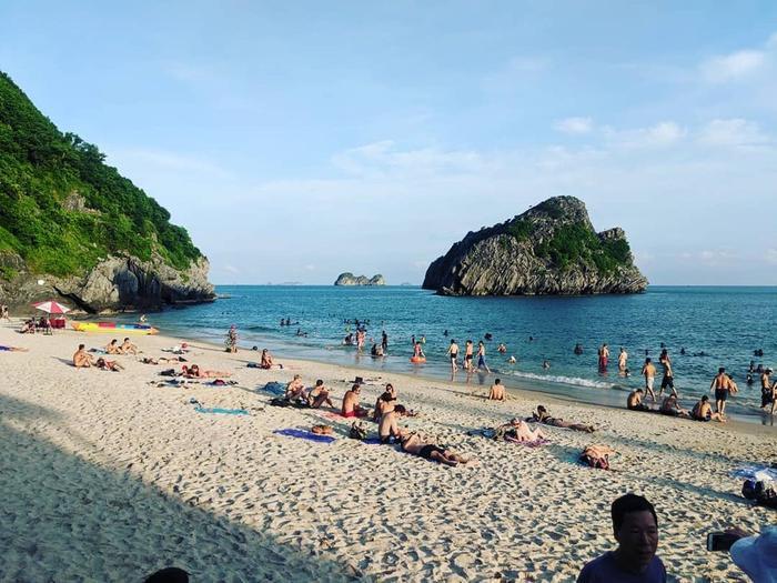 Cát Bà là một hòn đảo xinh đẹp sở hữu nhiều cảnh sắc thiên nhiên thu hút lượng lớn khách du lịch trong và ngoài nước.