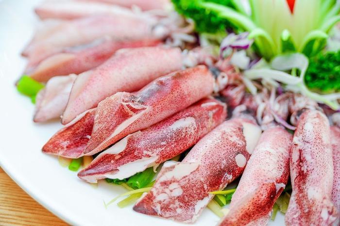 Đến Cát Bà, du khách có cơ hội thưởng thức nhiều loại hải sản tươi ngon, hấp dẫn.