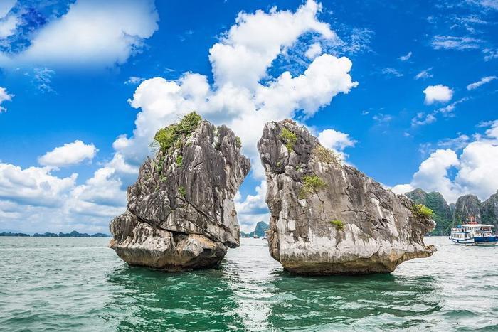 """Vịnh Hạ Long được mệnh danh là """"bức tranh thủy mặc khổng lồ vô cùng sống động""""."""