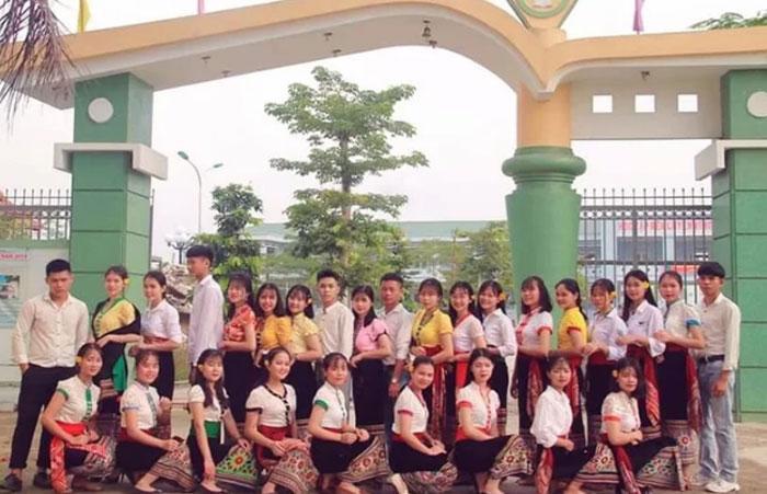 Tập thể lớp 12C2 – THPT Dân tộc nội trú số 2 Nghệ An. (Ảnh: VnExpress)
