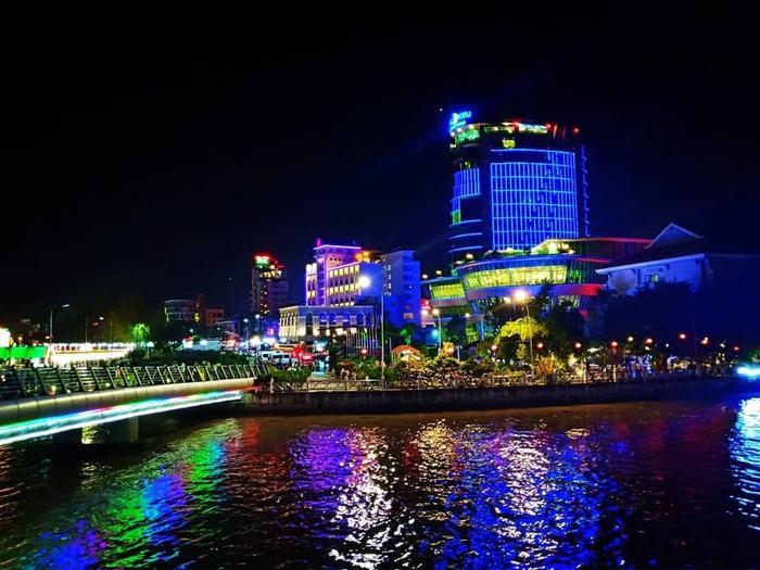 Bến Ninh Kiều đẹp lung linh về đêm. (Ảnh: @tieen1305)