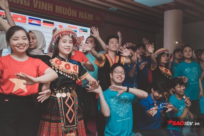 """Thể hiện niềm tự hào dân tộc và tình yêu quê hương đất nước, sinh viên Học viện trong trang phục áo cờ đỏ sao vàng đã trình diễn điệu nhảy flasmob trên nền nhạc bài hát """"Tên tôi Việt Nam"""". Kết thúc chương trình biểu diễn, các đại biểu, sinh viên Học viện và quốc tế cùng hòa nhịp trong điệu nhảy sạp rộn ràng mang đậm nét văn hóa truyền thống của các dân tộc miền núi phía Bắc."""