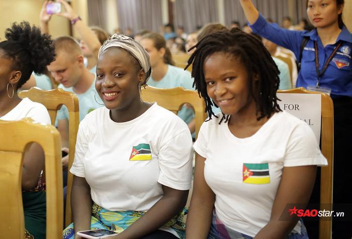 Những cô gái da màu đầy sức sống luôn nở nụ cười trên môi