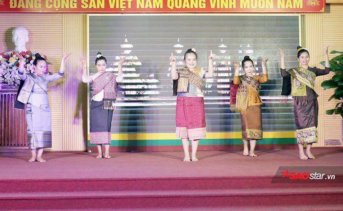 Đan xen giữa những tiết mục biểu diễn sôi động là điệu múa Lăm Vông nhẹ nhàng, duyên dáng của sinh viên Lào…