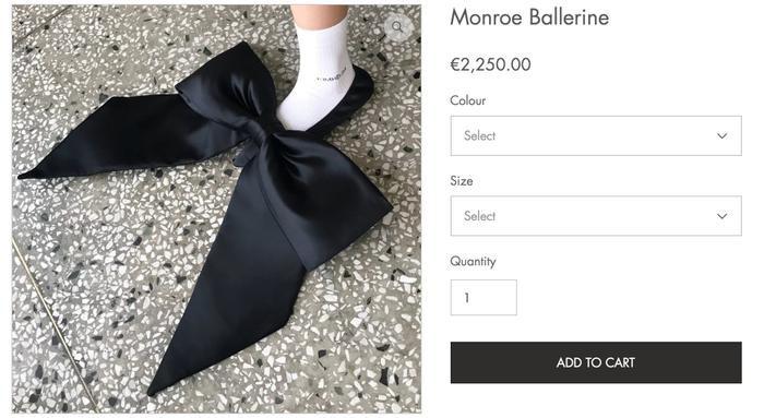 Hơn 2000 Euro cho một đôi giày có chiếc nơ to tổ chảng, bạn có dám mua? ảnh 1