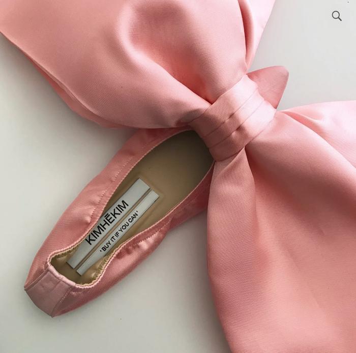 Hơn 2000 Euro cho một đôi giày có chiếc nơ to tổ chảng, bạn có dám mua? ảnh 2