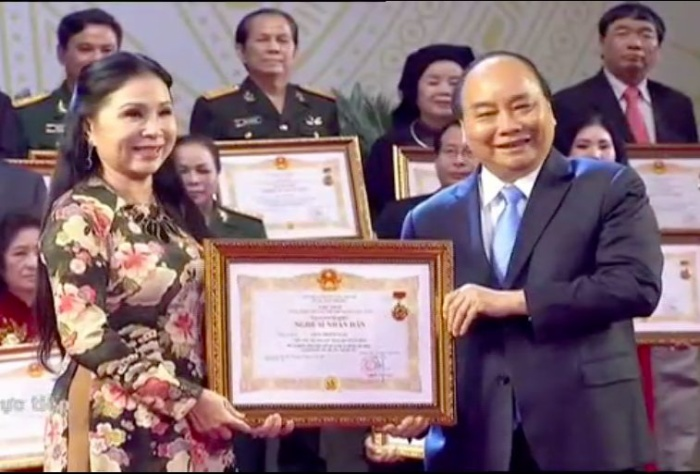 Nghệ sĩ kịch nói – diễn viên truyền hình Kim Xuân nhận danh hiệu NSND sau nhiều năm cống hiến cho nghệ thuật.