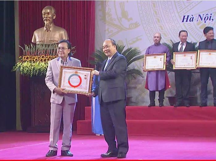 Nghệ sĩ cải lương Thanh Tuấn vinh dự khi nhận bằng khen danh hiệu NSND từ Thủ tướng Nguyễn Xuân Phúc