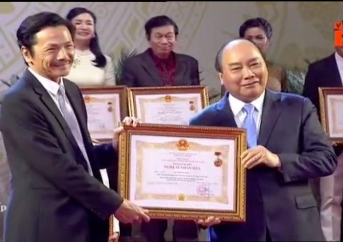 Nghệ sĩ Trung Anh nhận bằng khen từ Thủ tướng Nguyễn Xuân Phúc.