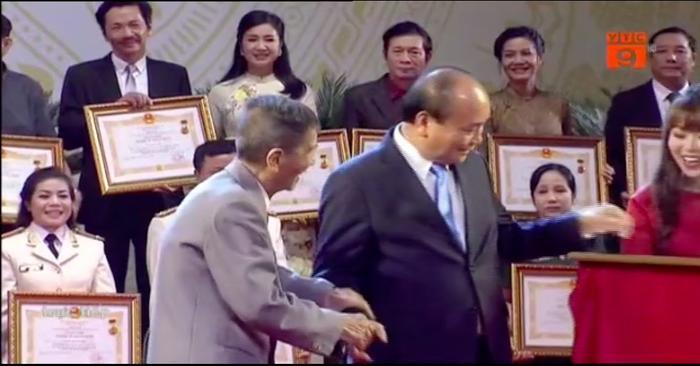 Lễ trao tặng danh hiệu NSND  NSƯT lần thứ 9: Nghệ sĩ Trần Hạnh nghẹn ngào; Trung Anh, Công Lý rạng rỡ trong hạnh phúc ảnh 3