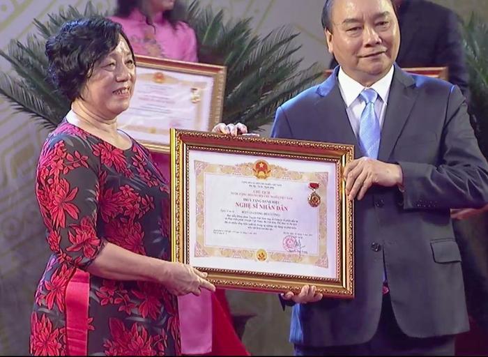 Đại diện cố nghệ sĩ Bùi Cường thay ông nhận bằng khen truy tặng danh hiệu NSND.