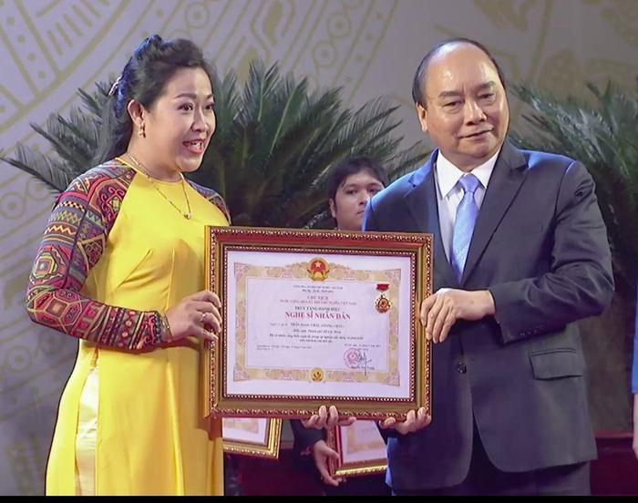 Đại diện cố nghệ sĩ cải lương Giang Châu nhận bằng khen truy tặng danh hiệu NSND cho ông.