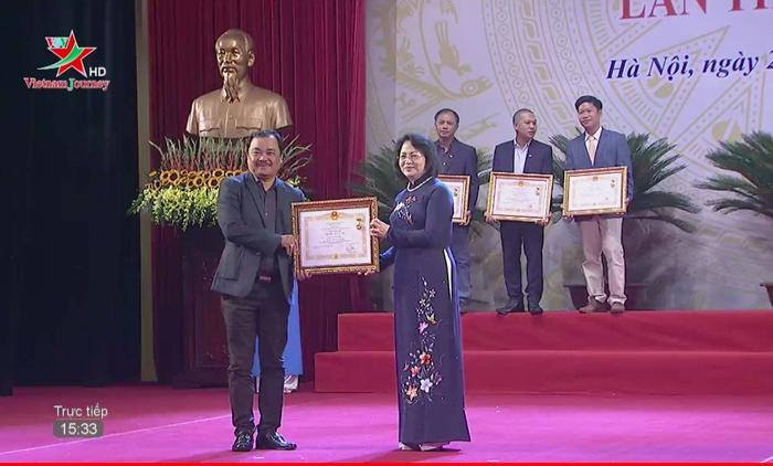 Đạo diễn Phương Điền vinh dự nhận bằng khen danh hiệu NSƯT.