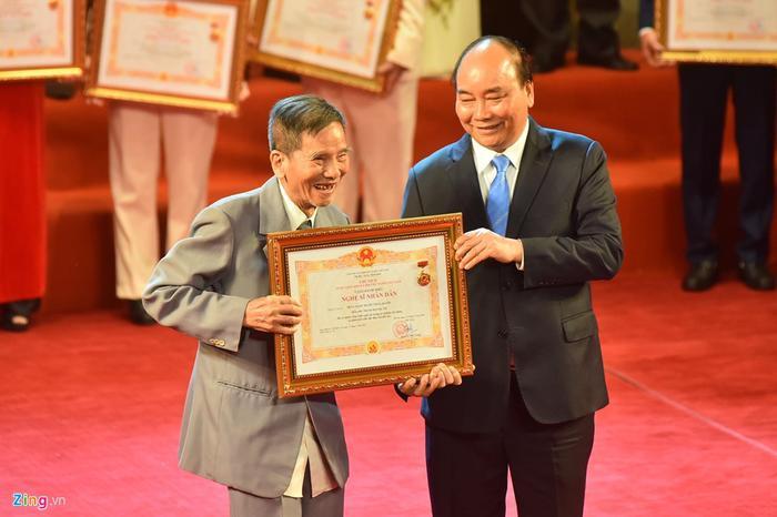 Sau nhiều năm chờ đợi, nghệ sĩ Trần Hạnh không giấu được hạnh phúc khi nhận bằng khen từ Thủ tướng. (Ảnh: Zing.vn)