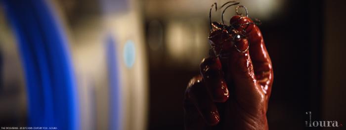 Con robot bị gắn vào người Wolverine