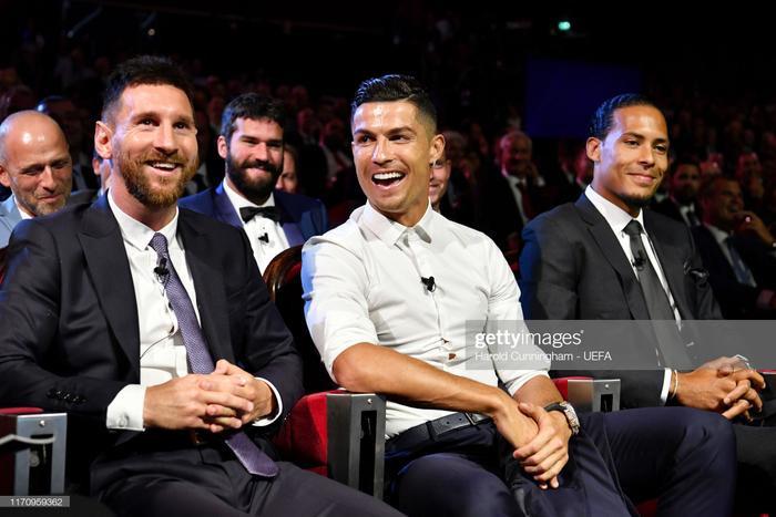 Messi và Ronaldo cười đùa với nhau trong lễ trao giải.