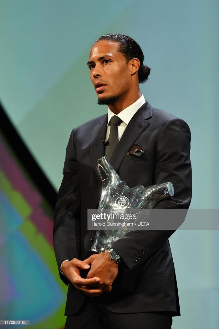 Van Dijk giành giải cầu thủ xuất sắc nhất do UEFA bình chọn.