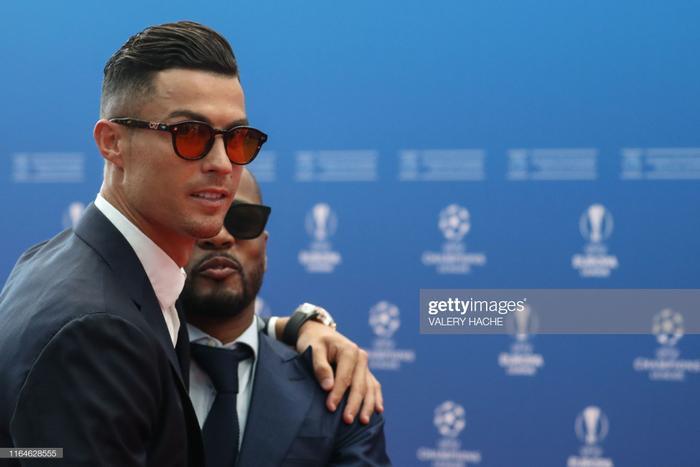 Siêu sao người Bồ bắt chuyện với Patrice Evra - người đồng đội cũ của anh tại CLB Manchester United.