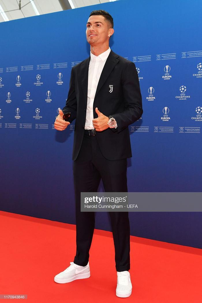 Ronaldo tạo dáng trước thềm buổi lễ bóc thăm trao giải của UEFA.
