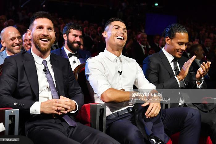 Ronaldo và Messi cười đùa cạnh nhau là điểm nhấn đáng chú ý của buổi bốc thăm trao giải của UEFA tối nay.
