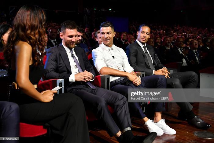 Dù không có được danh hiệu cao quý này, nhưng cả Ronaldo và Messi đều rất vui vẻ và chia vui cùng hậu vệ Liverpool
