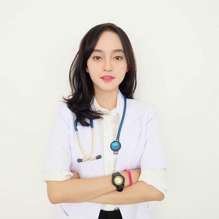 Cô có bằng cử nhân Y khoatrường Đại học tổng hợp Jenderal Achmad Yani (Cimahi, tỉnh Tây Java, Indonesia). Với tài năng và sự bác ái của mình, cô thường xuyên có các hoạt động khám chữa bệnh thiện nguyện cho người nghèo tạiBandung, Indonesia.