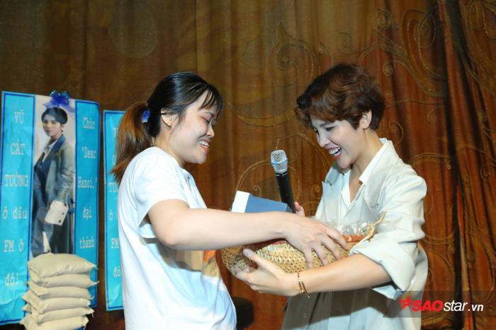Vũ Cát Tường vô cùng phấn khích trước món quà của FM Sài Gòn chuẩn bị.