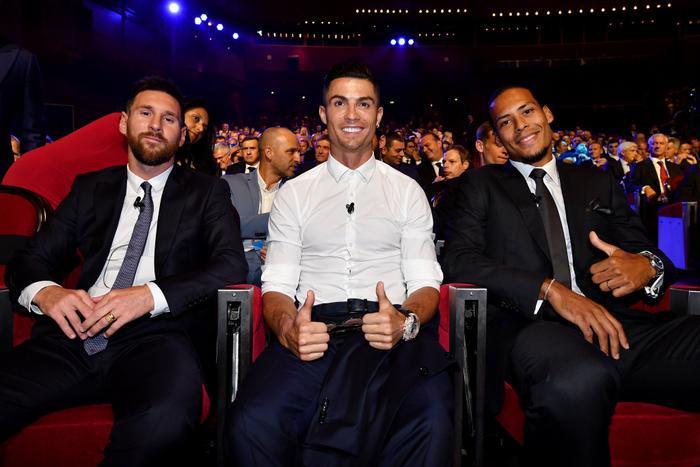 Messi vui vẻ bên cạnh Ronaldo trong buổi lễ bốc thăm.