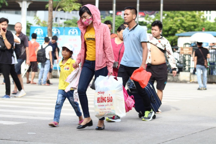 Ngay từ hôm nay (30/8), nhiều người dân đã bắt đầu mua vé xe cùng đồ đạc lên đường về quê dịp nghỉ lễ 2/9.